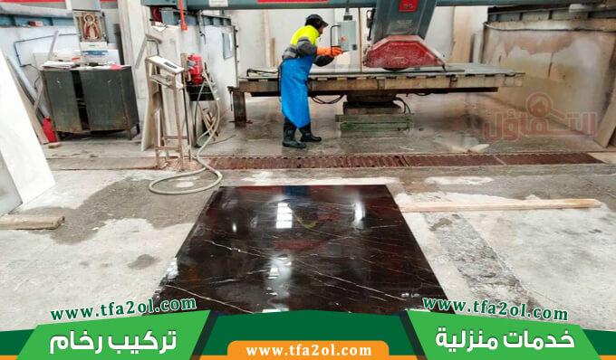 معلم رخام بالمدينة المنورة محترف في تركيب الرخام بدقة كبيرة فهو يقوم بتركيب رخام الأرضيات والحوائط